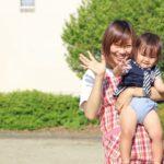 手を振る保育士と子供