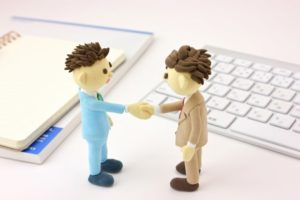 オフィスで握手するビジネスマン4