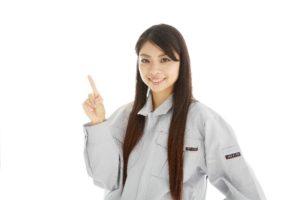 指差す作業着姿の若い女性3