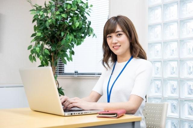 オフィスの女性社員6