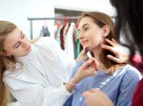 女性モデルにヘアメイクをする22