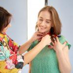 女性モデルのスカーフを直すスタイリスト6