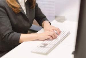 パソコンのキーボードを打つ女性