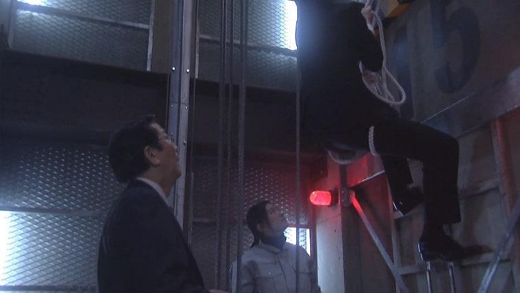 エレベーターから救出する大前