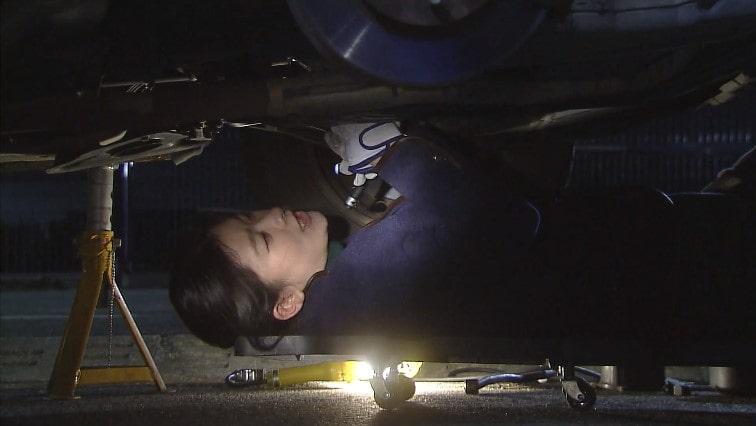 車を整備する大前