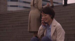 近耕作と電話で話す福岡亜紀