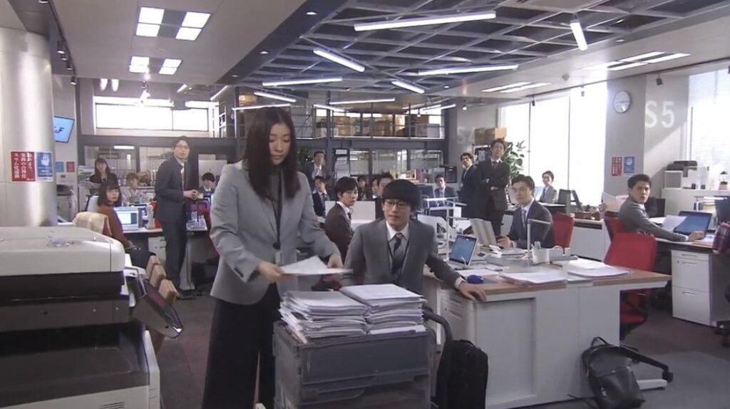 コピー機の用紙を補充する大前春子